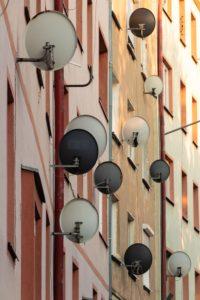 anteny satelitarne w uk na budynkach